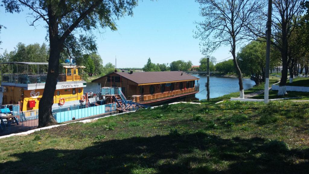 Plavuchaya-gostinica-Poles'e-1